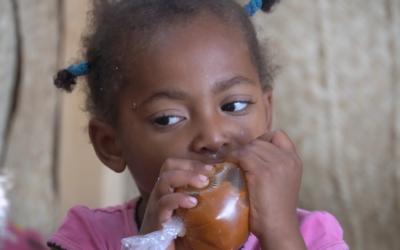 bambina yemenita malnutrita in cura nelle clinica intersos